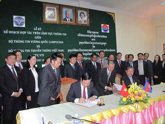 Minister Nguyen Bac Son pays an official visit to Cambodia