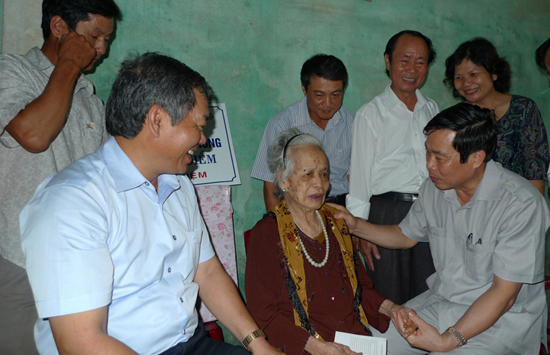 MIC's delegation visited and presented gifts to people credited with revolutionary service in Quang Nam province