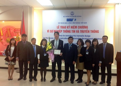 Deputy General Director of Ericsson Vietnam receives a medal for the Cause of Information and Communications