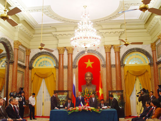 Viet Nam, Russia sign agreement on information and communications