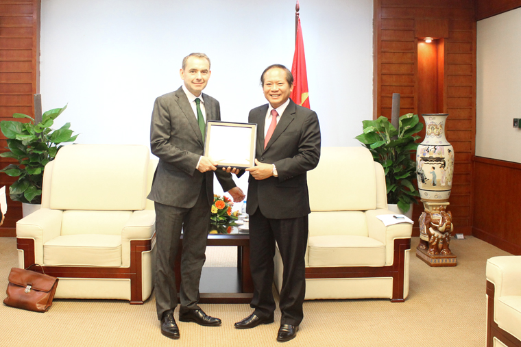 Minister Truong Minh Tuan receives Ambassador of Republic of France