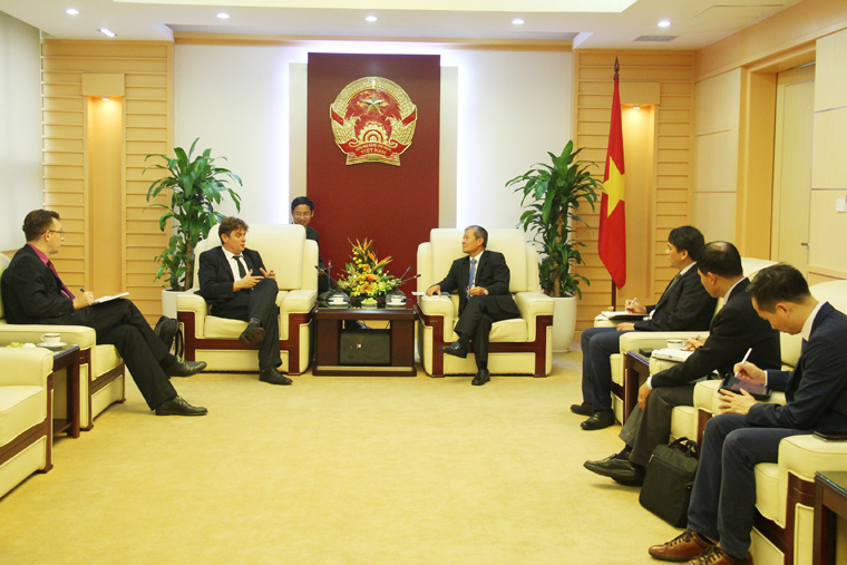 Deputy Minister Nguyen Thanh Hung meets Ambassador of Digital Affairs of France